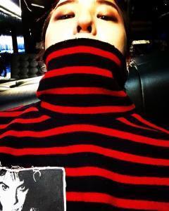 权志龙绿头发配红毛衣,这样的搭配只有他敢穿