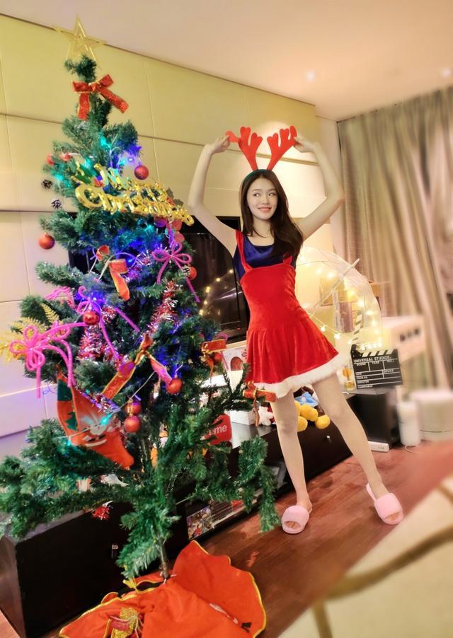 服!林允是怎么做到把圣诞装穿出了女仆情趣味的?