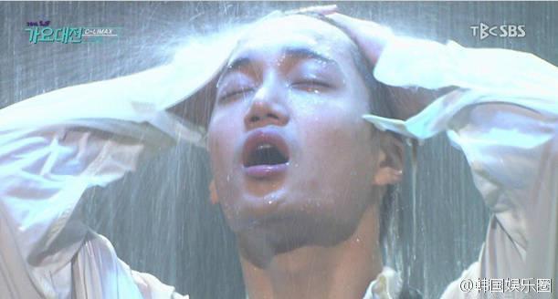 吴世勋金钟仁舞台淋暴雨上演双人热舞,网友:请让我嫁给吴世勋