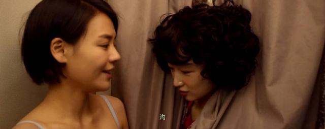 周冬雨总盯着别的女演员的胸看,网友调侃得不到的永远在骚动……