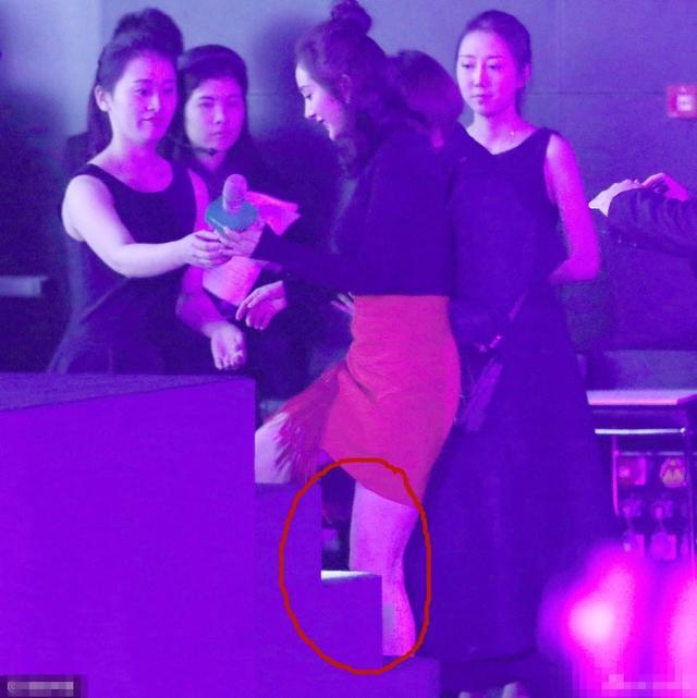 杨幂出席活动照片上热搜,离开了PS腿就果断变粗了!