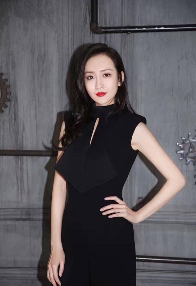 王鸥这姑娘就是会穿,简单的黑白色轻松穿出女神范儿