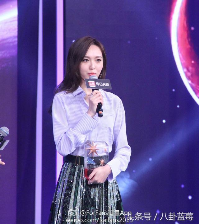 唐嫣长裙出席颁奖礼很美 获最受关注明星 现场说话好温柔
