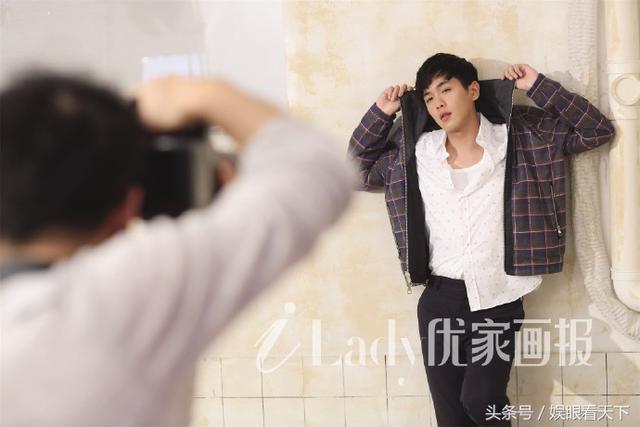 张若昀荣登杂志封面,慵懒造型尽显不羁本色!