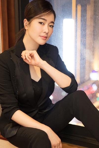 左小青晒黑色西装高颜值美照 被赞天然美女 低调又帅气逼人