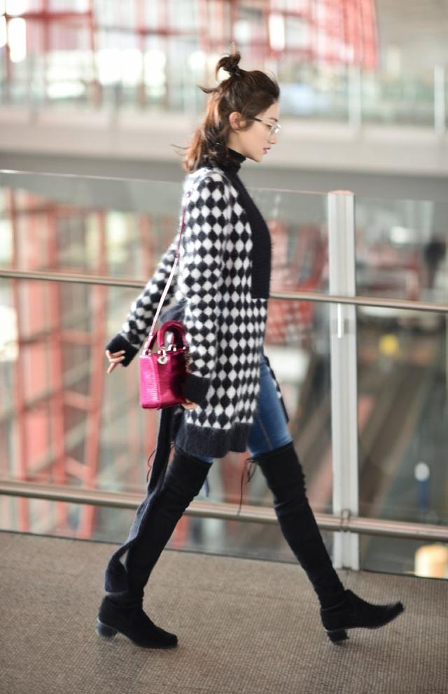 都是牛仔裤外面穿长靴,景甜和周冬雨的身高一看就不止差5厘米