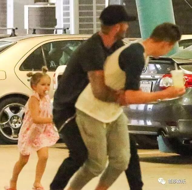 布鲁克林玩直播被贝克汉姆砸场,能互怼也能腻歪,这对父子太有爱!