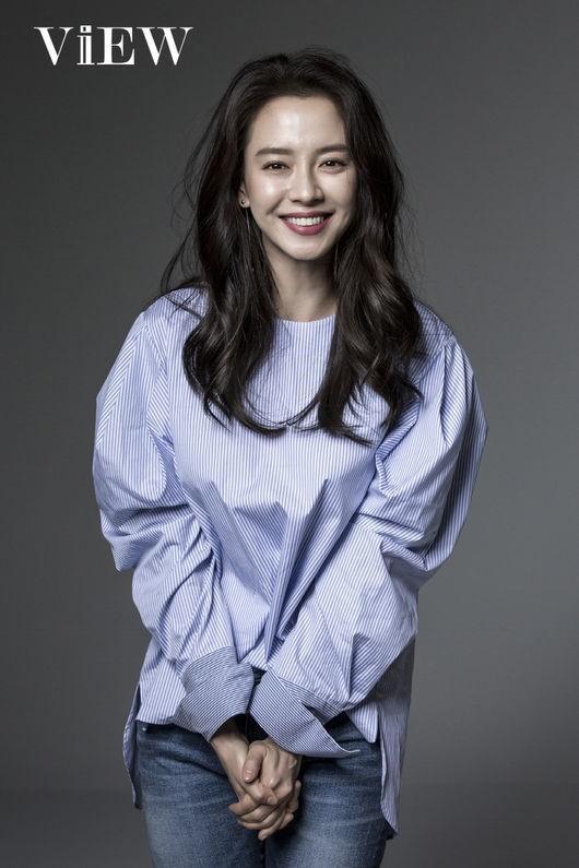 宋智孝最新写真发布 简约时尚微笑迷人