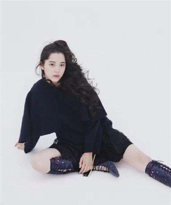欧阳娜娜才16岁就敢穿这种裙子,网友晒照简直不忍看!
