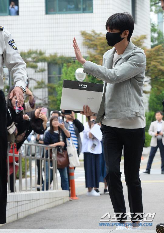 李敏镐前往江南区厅报到 今日起正式服兵役
