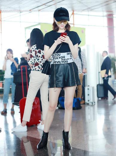 景甜机场晒美腿,也忒会穿了,不过这一条腰带也太长了吧?