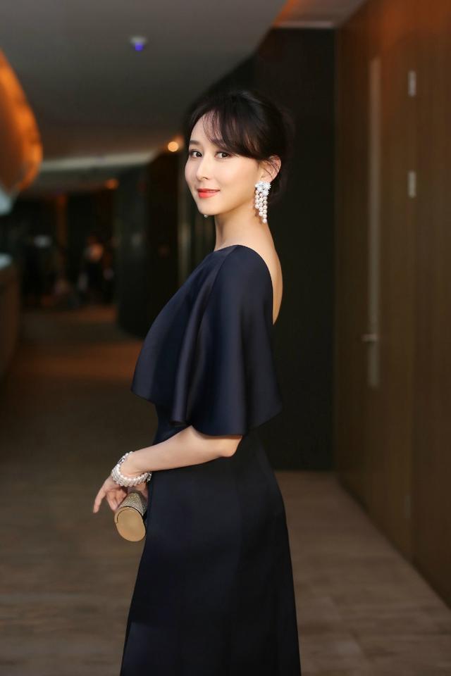 谭松韵唐嫣胡静三个年龄段的女人各有各的美,但还是越老越有韵味