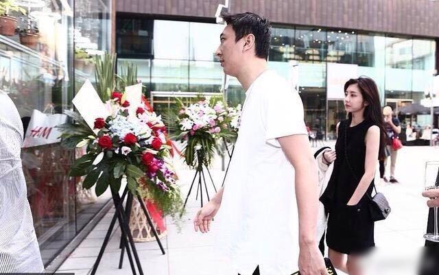 王思聪和豆得儿三里屯逛街被偶遇,网友:别想了,林更新才是真爱