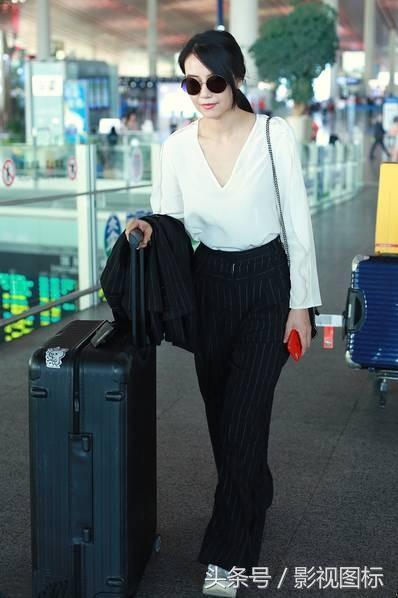 高圆圆机场脱下上衣露出深V小性感 隔空与赵又廷传情