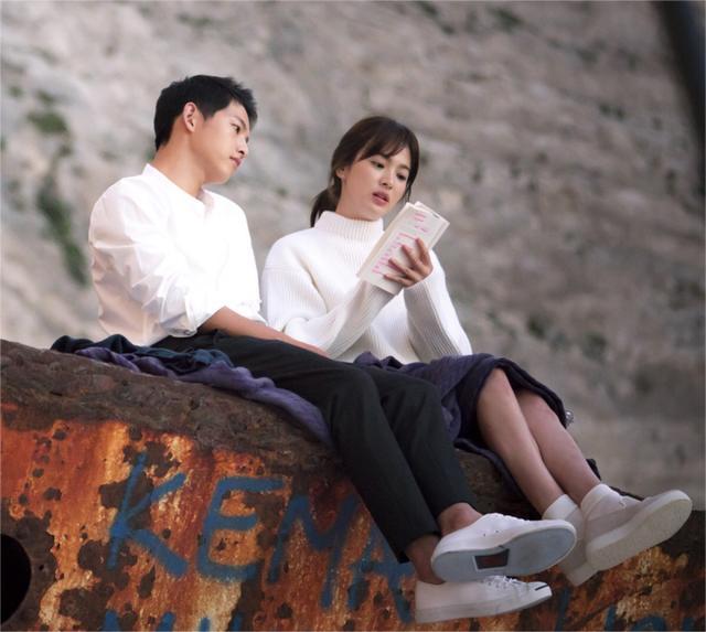 双宋被曝日本举行订婚派对,宋仲基当众献花给乔妹,网友:别天天报道了,给他俩一点空间