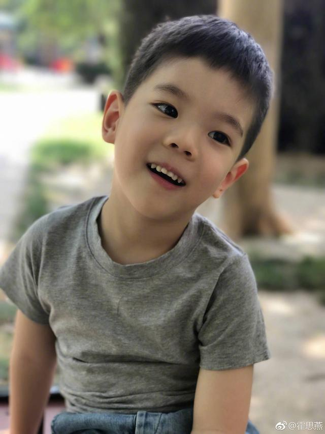 霍思燕小时候_霍思燕晒儿子新发型其实在秀恩爱?可长出双眼皮的嗯哼,和小 ...