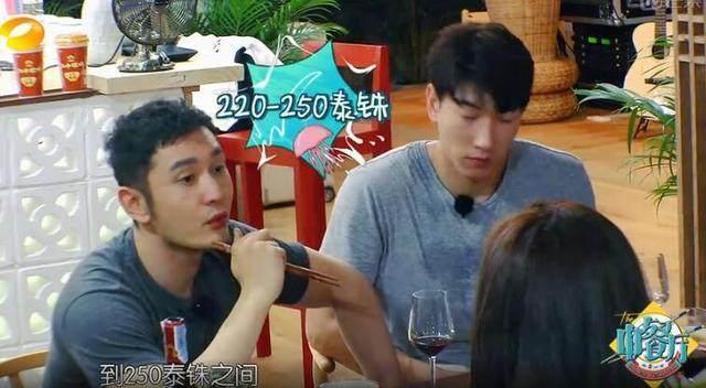 黄晓明在中餐厅见人就送东西,终于被我找到原因了!