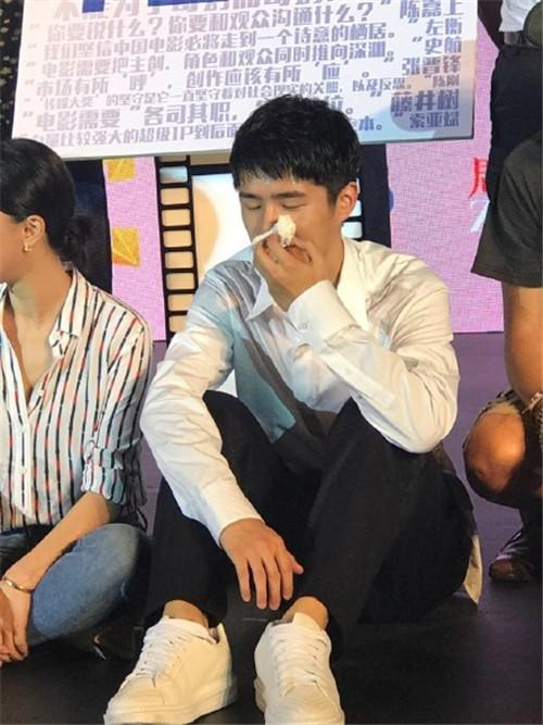 刘昊然大热天穿西装长裤参加活动,衣服都湿透了
