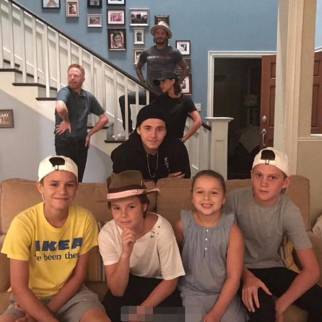 贝克汉姆一家现身摩登家庭拍摄地,小七肚子鼓鼓笑的乖巧