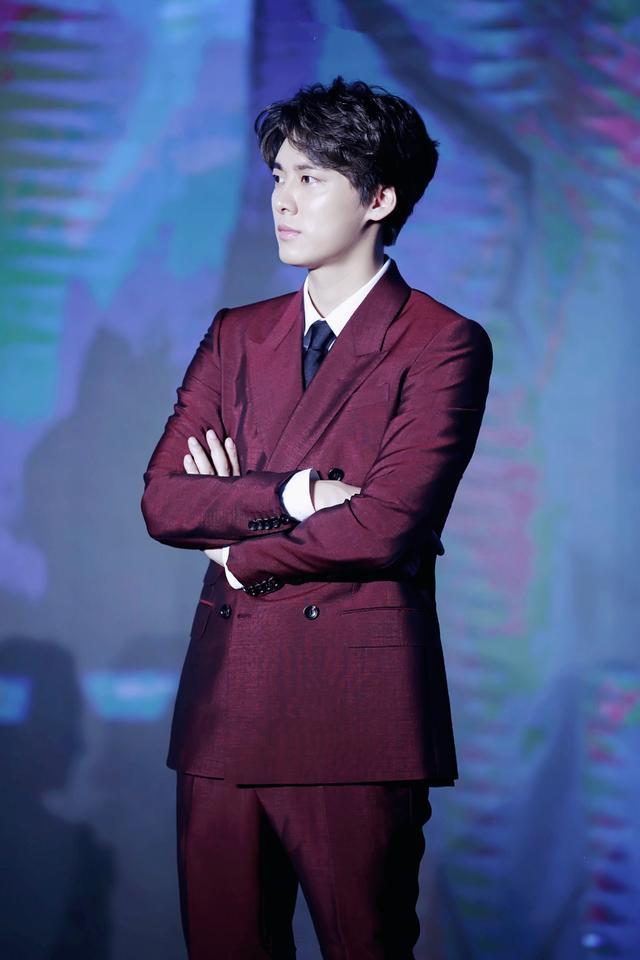 西装不穿黑白灰,李易峰酒红西装化身儒雅绅士,这样很完美