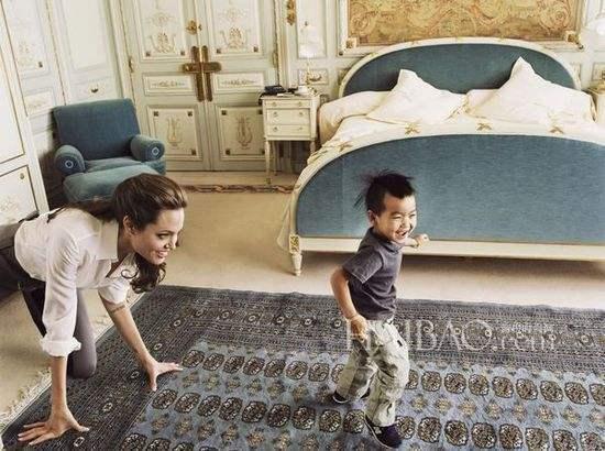 """安吉丽娜·朱莉携娃现身多伦多,网友:""""儿子""""活脱脱的皮特脸"""