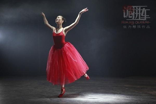 金晨获潜力新人奖后《聚焦中国》红毯再放光彩