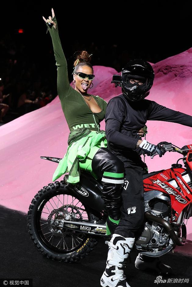 蕾哈娜骑摩托车看秀 意想不到的时尚碰撞还有谁