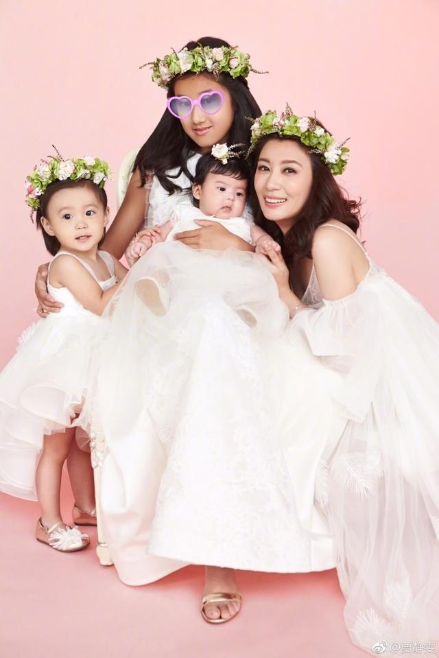 43岁贾静雯三女儿近照,老大侧颜像爸爸,咘咘最漂亮,老三最帅!