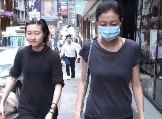 """四度离家出走、喝酒抽烟、自残,""""小龙女""""吴卓林为何会如此?"""