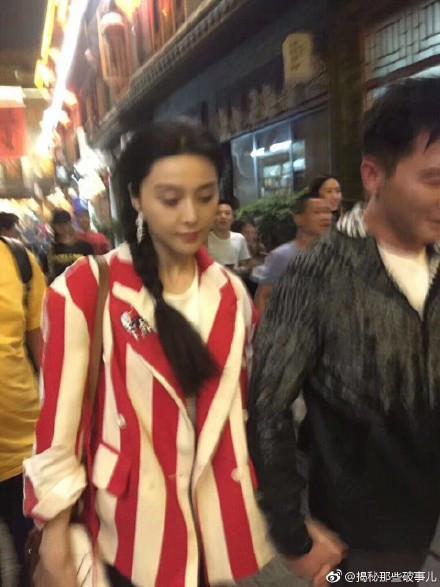 范冰冰李晨撸串何炅作陪,甜蜜牵手十指紧扣,网友:心疼何老师