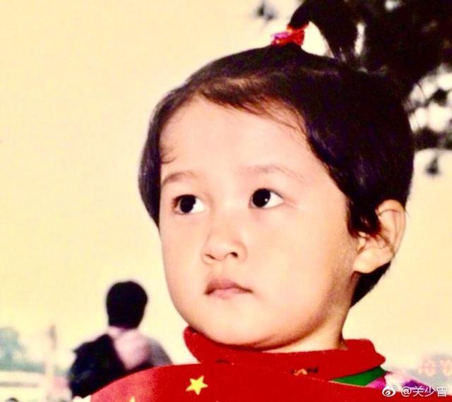 关晓彤生日快到了,关爸晒她小时候照,儿时的她还挺胖挺可爱