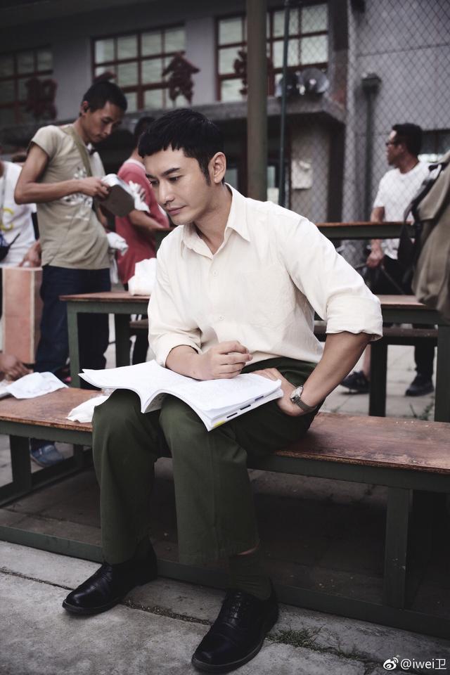 黄晓明新戏片场照曝光,网友:很有80年代年轻军人的感觉
