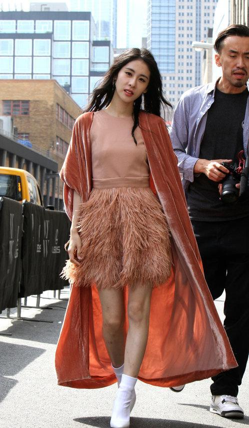 张碧晨纽约时装周无PS图来了,她的腿真是大写的尴尬