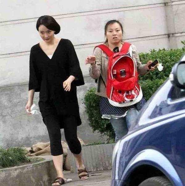 43岁晴格格王艳近照,发型显老,一身黑衣配拖鞋,稳当豪门阔太!
