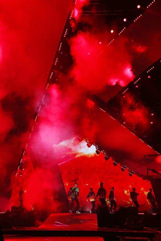 吴亦凡11月6日生日,今晚海帆全场,歌唱的好舞跳得也非常好