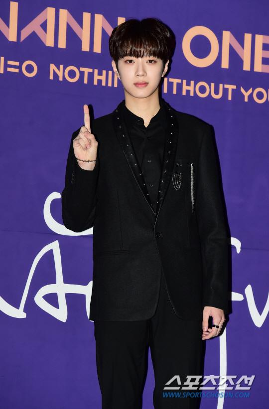 Wanna One发行新辑 黑色西装出席记者会
