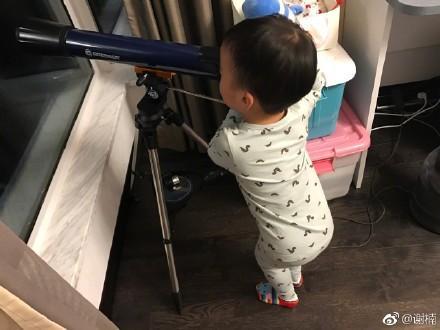 吴京儿子举望远镜探索星空,结果被亲妈一个举动整尴尬了