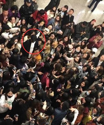 尴尬!粉丝接机认错人对着宋威龙喊胡一天,场面十分拥挤很危险!