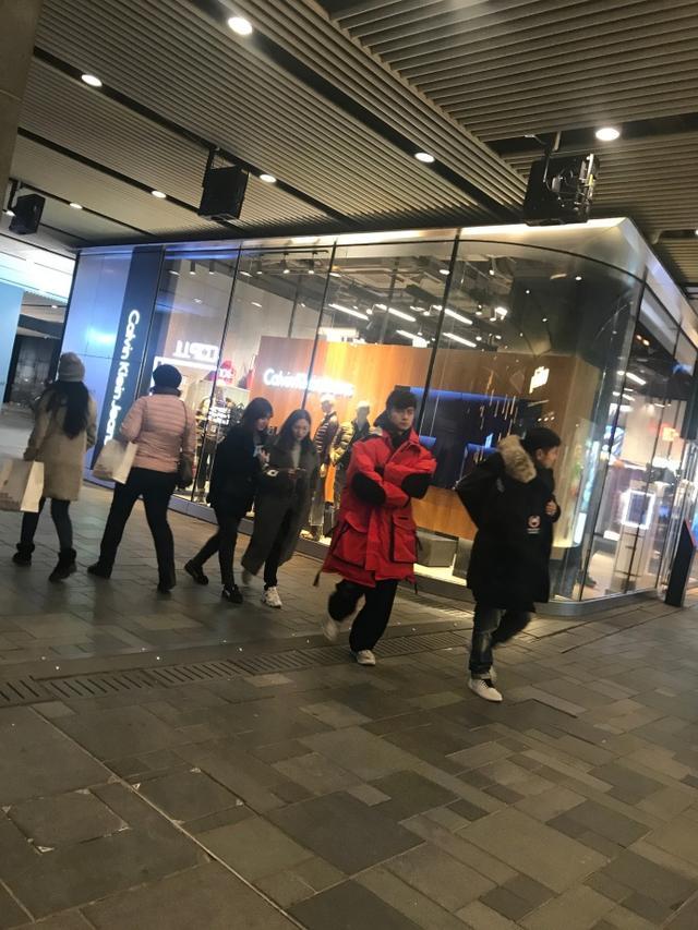 网友三里屯偶遇古巨基,穿红色大衣很喜庆挥手打招呼超可爱了