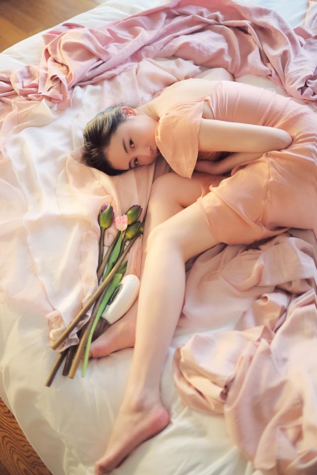 张辛苑受伤躺在地上,大家却都在欣赏她的腿