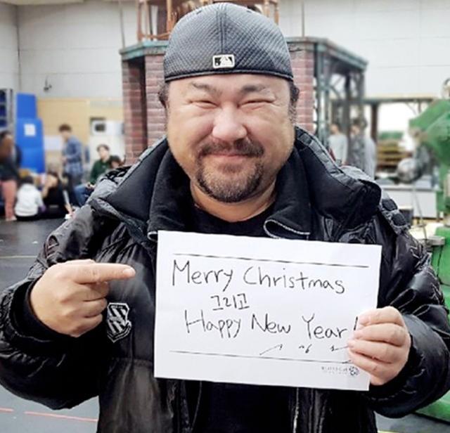 宋仲基露面了,戴着婚戒写亲笔信祝大家圣诞快乐
