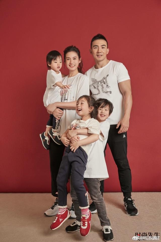 基因强大,刘畊宏老婆晒全家福,小泡芙三兄妹简直是复制粘贴的!