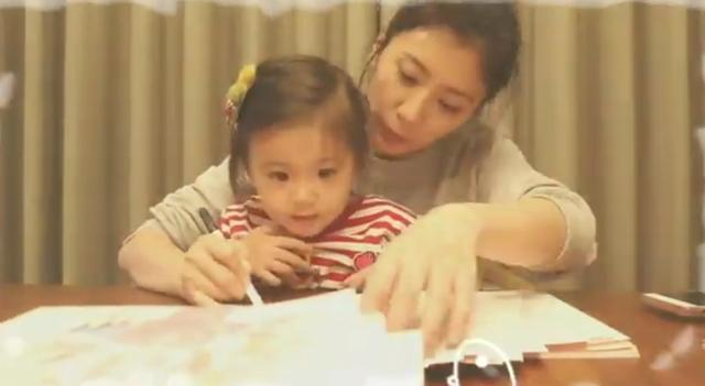 咘咘用崇拜的眼神望着贾静雯签名 还化身可爱的小助手