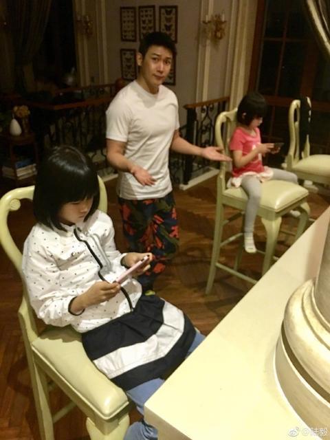 看了贾静雯大女儿十年前的照片,不得不感叹她家基因神奇!