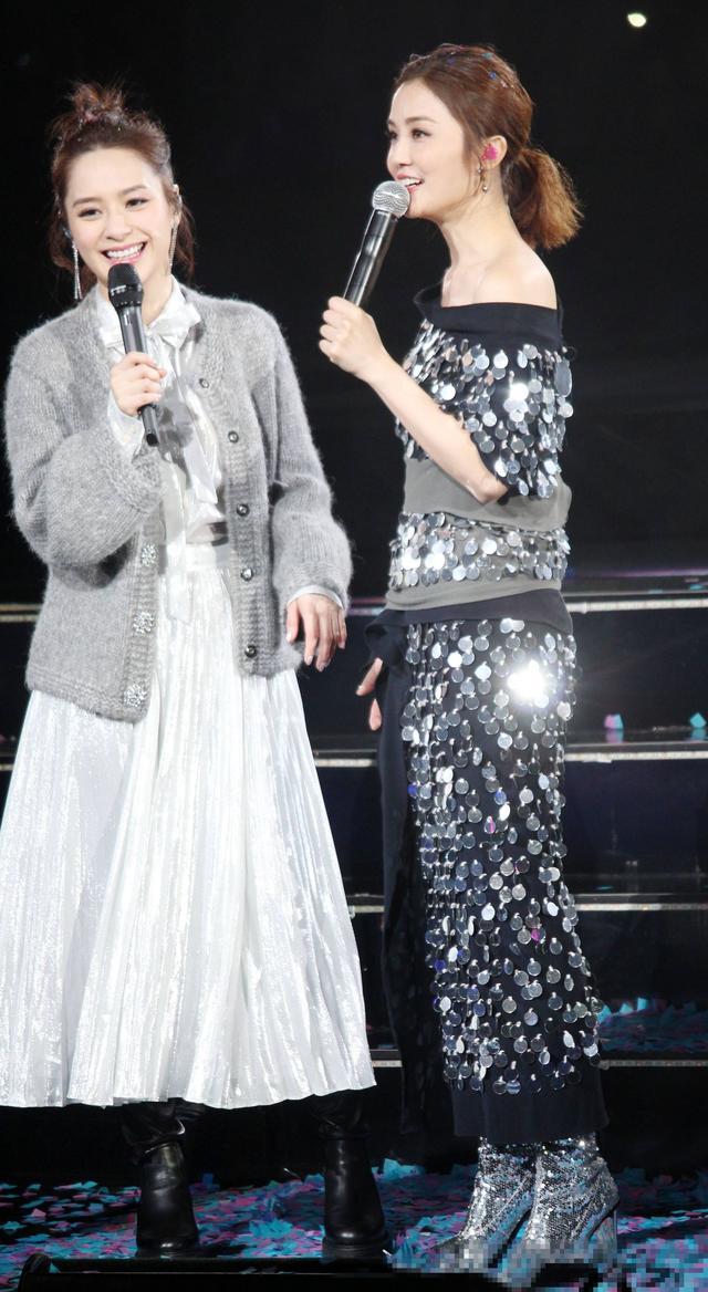 Twins演唱会造型辣哭网友,阿sa亮片长裙更是让人犯密集恐惧症!