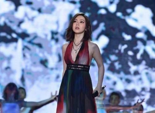 邓紫棋这次要感谢化妆师造型师,而34岁田馥甄也做到胸以下都是腿