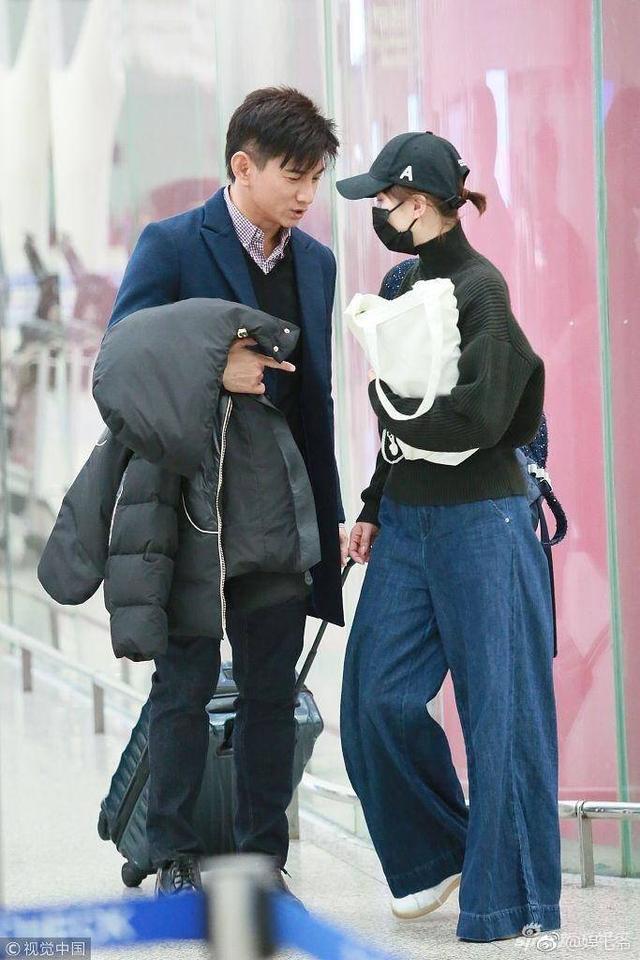 高圆圆给老公戴帽子,赵又廷的表情亮了,网友:助理反应说明一切