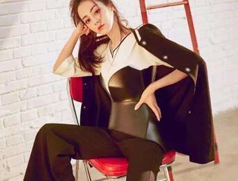 撞上酷酷的皮衣,刘亦菲高冷,周冬雨时髦,热巴和宋茜你喜欢谁?