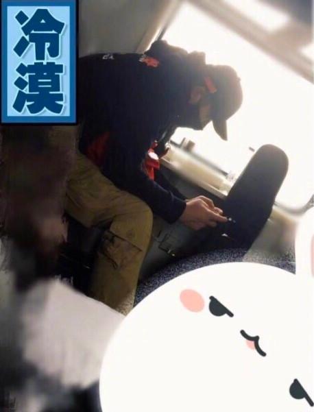 PGone被拍到坐高铁回西安,低头玩手机身影落寞!