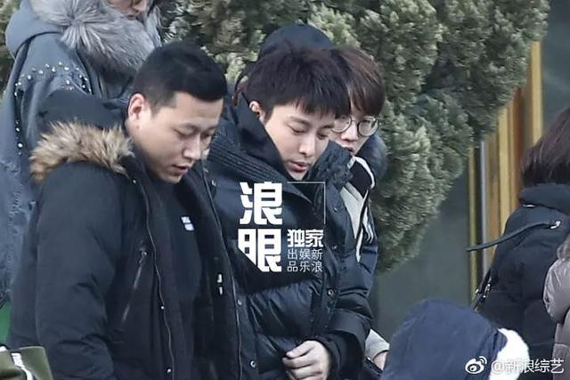 贾乃亮现身央视春晚彩排,可网友看他的表情不禁感叹:真的很帅啊